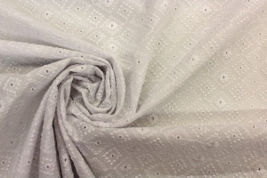 TISSU BRODERIE ANGLAISE LOSANGES FLEURS BLANC