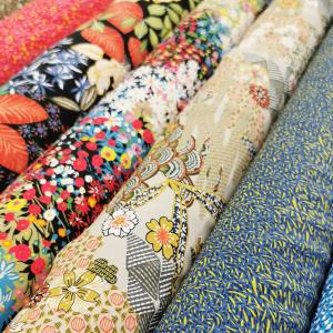 Viscoses colorées pour vos tenues d'été !  Que vous inspirent ces jolis tissus fluides ??   😘🏖️🎉🧵👗👚👕👒✂️