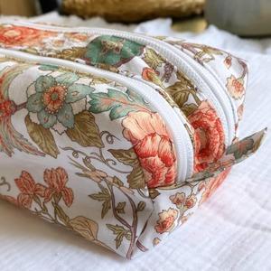 Magnifique trousse double zip avec ce coton romantique coup de ❤️ Bravo à @sewing_by_carolyn pour son travail 🤗👌😙  🌹🌷🌹