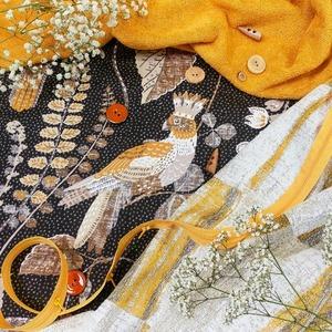 🍁🍃🌈 Tons D'automne avec nos tissus coup de ❤ de couleur moutarde . ▪ Tissu satin Joséphine ▪ Tissu Jacquard Étretat jaune ▪ Tissu éponge 400grs moutarde ▪ Fermeture à glissière jaune 26mm