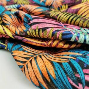 Pour la création de vos nappes d'été 😍🌴☀️  Tissu damassé multicolore feuilles de palmes tropicales🍍  1m50 / 219grs/m2  Résistant / facile d'entretien  #nappe #artdelatable #tissunappe #tropical #tropicalvibes #multicolore #tissudamassé #polyethylene