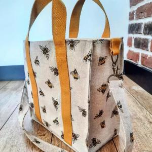 Magnifique sac cabas réalisé avec amour par @aupointzigzag 😍 avec le joli tutoriel de @charlene_hands🧵  Toile épaisse avec ses petits motifs saisonniers de bourdons et ses anses jaunes rappelant l'été 🌻  On adore!! 😘